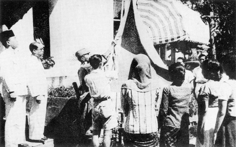 Pengibaran Sang Saka 17 Agustus 1945 (Dok. Departemen Penerangan RI)