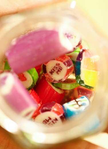 Menonton Aksi Candy Maker di Sticky