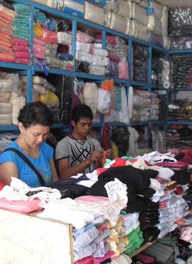 Grosir Murah Meriah di Pasar Cipadu