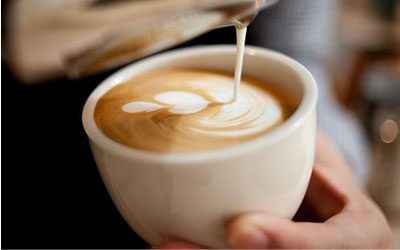 Senang Mendapati Motif Cantik di Kopi Anda? Ketahui Dua Teknik Populer Latte Art Ini