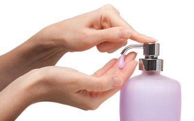 Noda Tinta Hilang dengan Hand Sanitizer