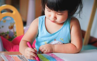 4 Manfaat Mengajak Anak Berlatih Menggambar dan Mewarnai