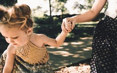 Jangan Ajarkan Anak Bergosip, Ini 5 Aturan Bicara Efektif Antara Orang Tua dan Anak