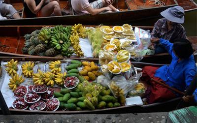 Akan Berwisata Pasar Terapung? Ini 6 Cara Nyaman Jajan di Sana