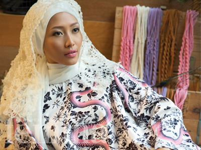 4 Gaya Hijab dengan Pakaian Motif Bunga