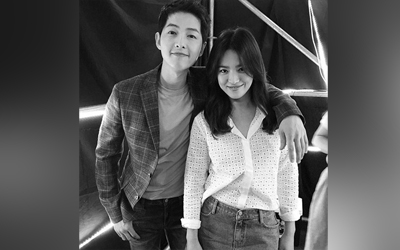 Meraih Penghargaan di 29th Korea Producer Awards, Song Joong-ki Merayakan Satu Tahun Descendants of the Sun Dengan Song Hye-kyo