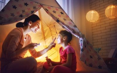 Di Luar Hujan Terus? Ini 5 Ide untuk Ajak Anak Main di Rumah