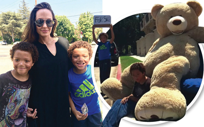 Angelina Jolie Membeli Boneka dari Anak Kembar yang Sedang Belajar Berjualan