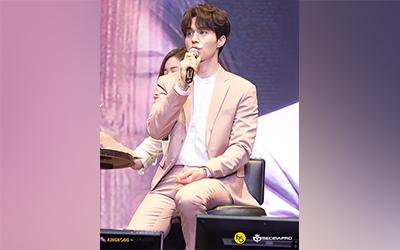 "Lee Dong-wook Mengajak Fans Minum Teh Sambil Mengobrol Mesra di Fan Meeting ""For My Dear"" Jakarta"