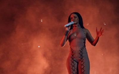 Konser di Inggris, Rihanna Bagi-bagi Pizza