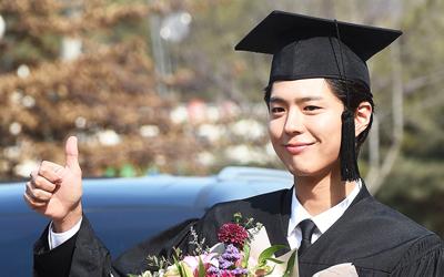 Park Bo-gum Resmi Menjadi Sarjana, Ini Foto-foto Kelulusannya!