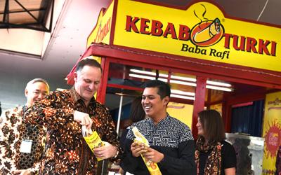 Perdana Menteri Selandia Baru John Key Bikin Kebab Kiwi