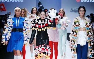 Intip Gaya Sandra Dewi Mengenakan Dress dari Boneka Mickey Mouse di Jakarta Fashion Week 2019