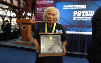 Aktif Mendukung Dunia Pendidikan, Pia Alisjahbana Mendapat Penghargaan