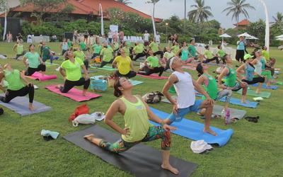 Yoga Seru di Pantai Mengiat Bali