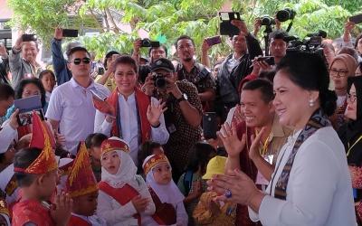 Berkunjung ke Toba Samosir, Ibu Iriana Menari Tor Tor