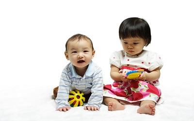 5 Cara Mengenalkan Adik Baru Kepada Si Sulung