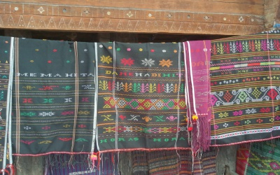 Di Desa Tenun Ini, Ibu Iriana Joko Widodo Membeli Ulos Seharga Rp2 juta