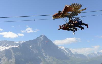 """Terbang"" Melintasi Pegunungan di Swiss"
