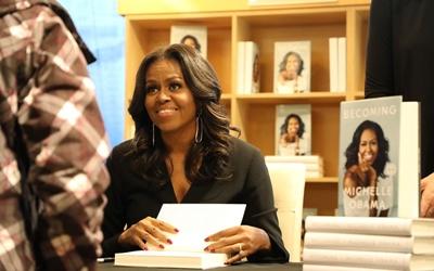 Dalam Seminggu, Buku Becoming Karya Michelle Obama Terjual 1,4 Juta Kopi