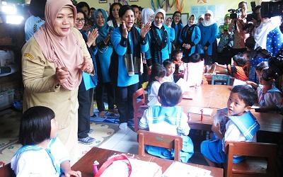 Ibu Negara Iriana Joko Widodo Disambut Meriah Warga Karanganyar, Jawa Tengah