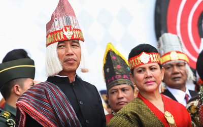 Topi Tali Tali Presiden Jokowi di Karnaval Toba dan Keengganan Kita Memahami Perbedaan
