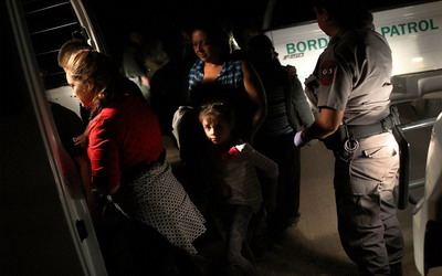 Banyak Dikecam, Trump Akhiri Pemisahan Anak dan Orang Tua Imigran