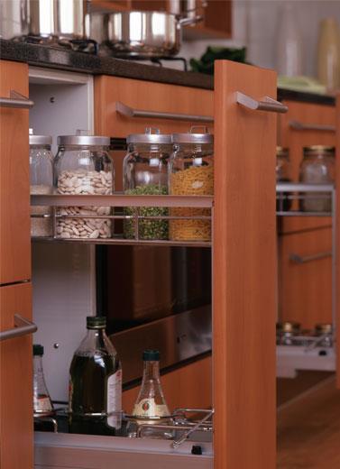 Laci Kabinet Dapur Dengan Rak Aluminium Metal Yang Terbuka Digunakan Unruk Tempat Simpan Bu Kering Saus Penyedap Dan Minyak Goreng Bersih Praktis