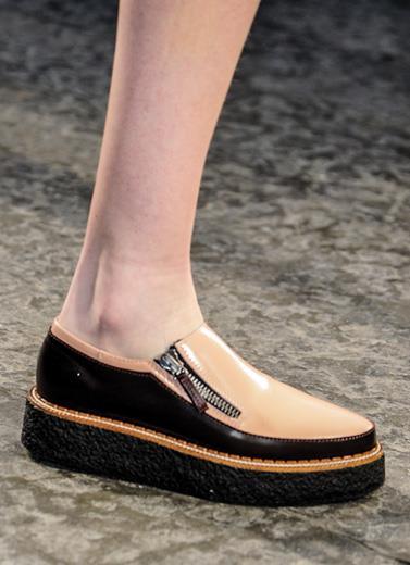 kolaborasi fashion dan seni di sepatu