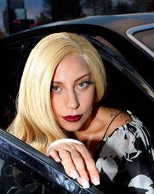 Lady Gaga Tuntaskan Misi 50 Foto Selfie di Koran Jepang